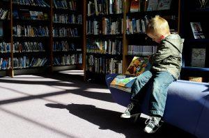 Lectura niño biblio